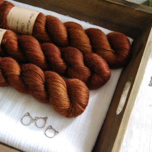 une-louve-dans-les-bois-1-laine-artisanal-teinte-main-alpaga-soie-cachemire-l-odeur-du-bois