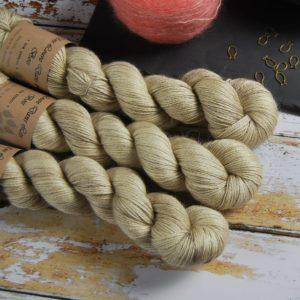 une-louve-dans-les-bois-1-laine-artisanal-teinte-main-alpaga-soie-cachemire-latte