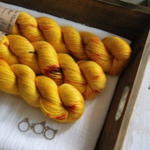 une-louve-dans-les-bois-1-laine-artisanal-teinte-main-alpaga-soie-cachemire-les-tournesols