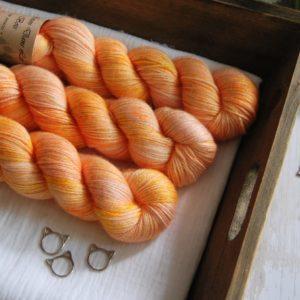 une-louve-dans-les-bois-1-laine-artisanal-teinte-main-alpaga-soie-cachemire-marmelade-d-agrumes