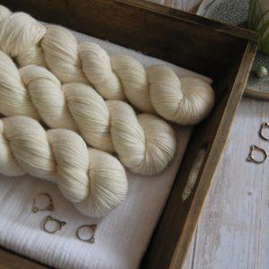 une-louve-dans-les-bois-1-laine-artisanal-teinte-main-alpaga-soie-cachemire-mer-d-amundsen