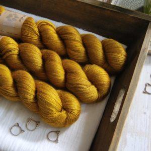 une-louve-dans-les-bois-1-laine-artisanal-teinte-main-alpaga-soie-cachemire-ruee-vers-l-or