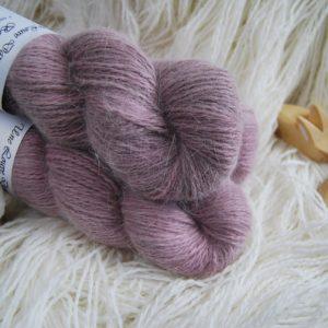 une-louve-dans-les-bois-1-laine-artisanal-teinte-main-angora-bruyere-d-hiver