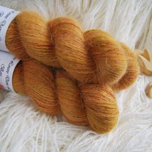 une-louve-dans-les-bois-1-laine-artisanal-teinte-main-angora-cassonade