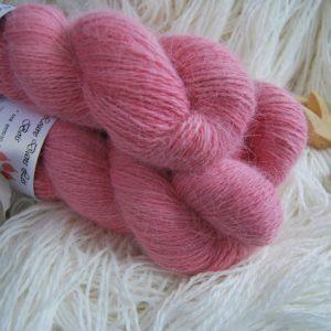 une-louve-dans-les-bois-1-laine-artisanal-teinte-main-angora-coeur-de-cerise