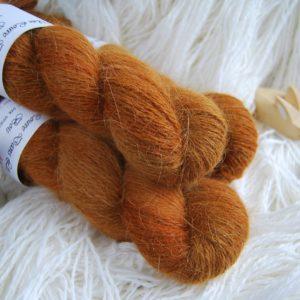 une-louve-dans-les-bois-1-laine-artisanal-teinte-main-angora-l-odeur-du-bois
