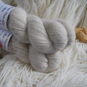 une-louve-dans-les-bois-1-laine-artisanal-teinte-main-angora-latte
