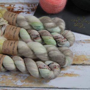 une-louve-dans-les-bois-1-laine-artisanal-teinte-main-emy-merino-surialpaga-ecumes