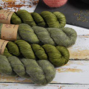une-louve-dans-les-bois-1-laine-artisanal-teinte-main-emy-merino-surialpaga-en-terre-d-irlande
