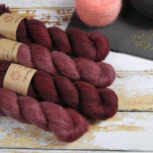 une-louve-dans-les-bois-1-laine-artisanal-teinte-main-emy-merino-surialpaga-erables-en-automne