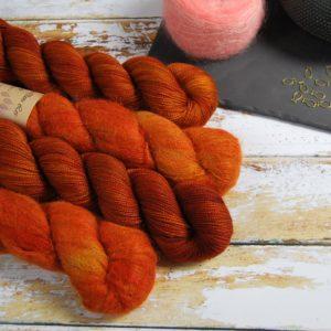 une-louve-dans-les-bois-1-laine-artisanal-teinte-main-emy-merino-surialpaga-fall