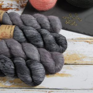 une-louve-dans-les-bois-1-laine-artisanal-teinte-main-emy-merino-surialpaga-graphite