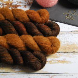 une-louve-dans-les-bois-1-laine-artisanal-teinte-main-emy-merino-surialpaga-l-odeur-du-bois