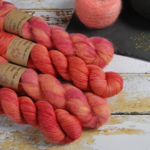 une-louve-dans-les-bois-1-laine-artisanal-teinte-main-emy-merino-surialpaga-palais-des-vents
