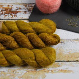 une-louve-dans-les-bois-1-laine-artisanal-teinte-main-emy-merino-surialpaga-ruee-vers-l-or