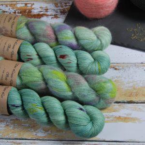une-louve-dans-les-bois-1-laine-artisanal-teinte-main-emy-merino-surialpaga-sirenes