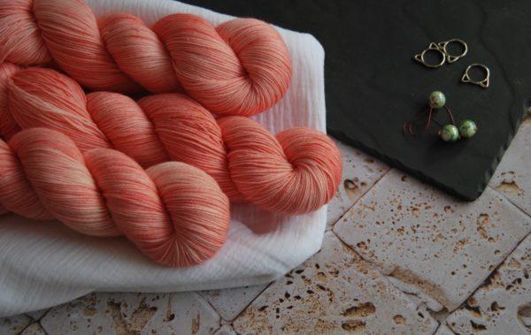 une-louve-dans-les-bois-1-laine-artisanal-teinte-main-fine-sock-merino-coral-bay