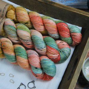 une-louve-dans-les-bois-1-laine-artisanal-teinte-main-merino-dk115-honeymoon