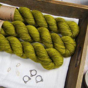 une-louve-dans-les-bois-1-laine-artisanal-teinte-main-merino-dk115-sous-les-tilleuls