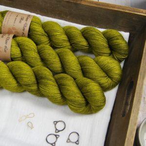 une-louve-dans-les-bois-1-laine-artisanal-teinte-main-merino-fine-sock-sous-les-tilleuls