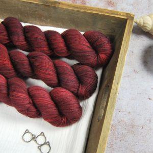 une-louve-dans-les-bois-1-laine-artisanal-teinte-main-merinos-DK-115-erables-en-automne