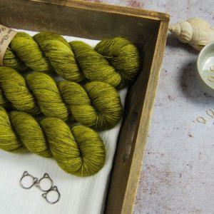 une-louve-dans-les-bois-1-laine-artisanal-teinte-main-merinos-single-sous-les-tilleuls