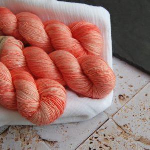 une-louve-dans-les-bois-1-laine-artisanal-teinte-main-single-merino-coral-bay