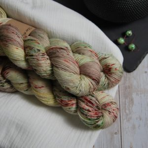 une-louve-dans-les-bois-1-laine-artisanal-teinte-main-single-merino-ecumes