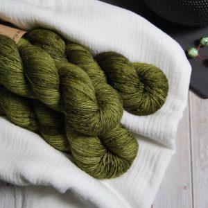 une-louve-dans-les-bois-1-laine-artisanal-teinte-main-single-merino-en-terres-d-irlande