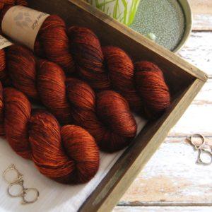 une-louve-dans-les-bois-1-laine-artisanal-teinte-main-single-merino-fall