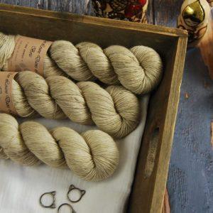une-louve-dans-les-bois-1-laine-artisanal-teinte-main-single-merino-latte