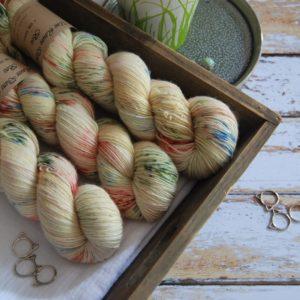une-louve-dans-les-bois-1-laine-artisanal-teinte-main-single-merino-passiflore