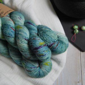 une-louve-dans-les-bois-1-laine-artisanal-teinte-main-single-merino-sirenes