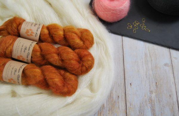 une-louve-dans-les-bois-1-laine-artisanal-teinte-main-superkid-mohair-cassonade