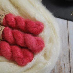 une-louve-dans-les-bois-1-laine-artisanal-teinte-main-superkid-mohair-coeur-de-cerise