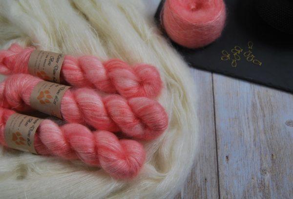 une-louve-dans-les-bois-1-laine-artisanal-teinte-main-superkid-mohair-coral-bay