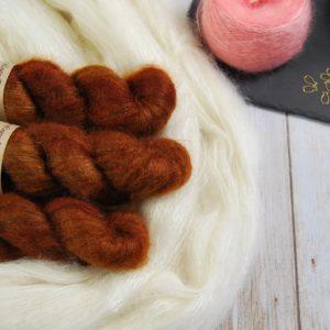 une-louve-dans-les-bois-1-laine-artisanal-teinte-main-superkid-mohair-l-odeur-du-bois