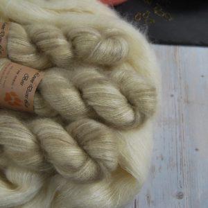 une-louve-dans-les-bois-1-laine-artisanal-teinte-main-superkid-mohair-latte