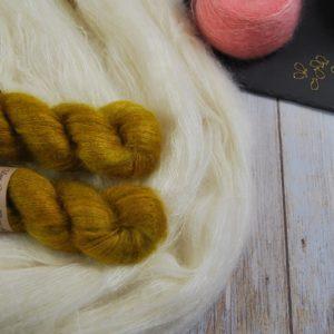 une-louve-dans-les-bois-1-laine-artisanal-teinte-main-superkid-mohair-ruee-vers-l-or