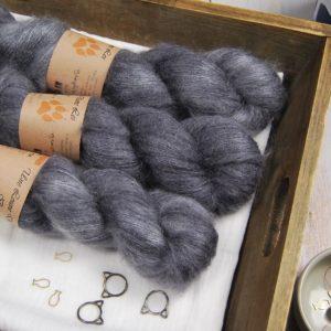 une-louve-dans-les-bois-1-laine-artisanal-teinte-main-superkidsilk-graphite