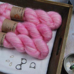 une-louve-dans-les-bois-1-laine-artisanal-teinte-main-superkidsilk-little-lady
