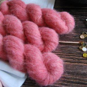 une-louve-dans-les-bois-1-laine-artisanal-teinte-main-suri-alpaga-coeur-de-cerise