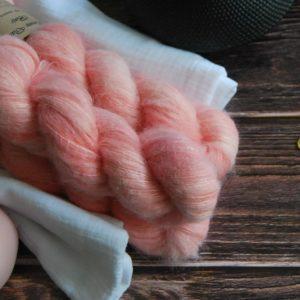 une-louve-dans-les-bois-1-laine-artisanal-teinte-main-suri-alpaga-coral-bay
