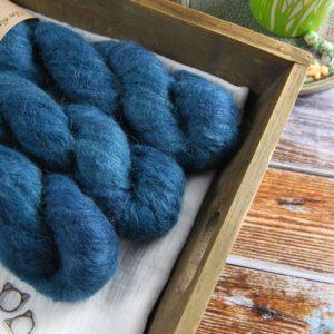 une-louve-dans-les-bois-1-laine-artisanal-teinte-main-suri-alpaga-dans-les-profondeurs