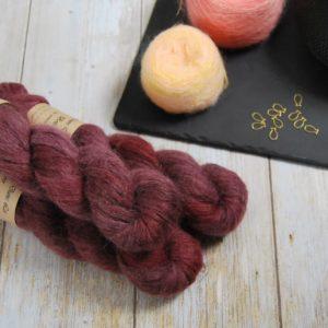 une-louve-dans-les-bois-1-laine-artisanal-teinte-main-suri-alpaga-erables-en-automne