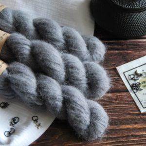une-louve-dans-les-bois-1-laine-artisanal-teinte-main-suri-alpaga-graphite