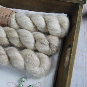 une-louve-dans-les-bois-1-laine-artisanal-teinte-main-suri-alpaga-latte