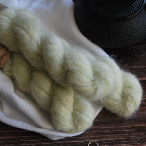 une-louve-dans-les-bois-1-laine-artisanal-teinte-main-suri-alpaga-minty