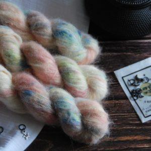 une-louve-dans-les-bois-1-laine-artisanal-teinte-main-suri-alpaga-passiflore