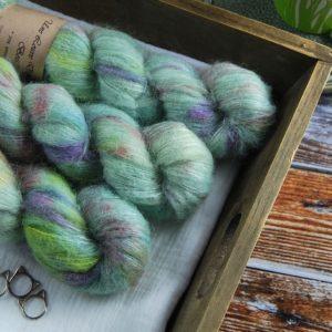 une-louve-dans-les-bois-1-laine-artisanal-teinte-main-suri-alpaga-sirenes